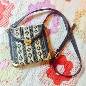 Cute navy and white vintage embroidered purse!